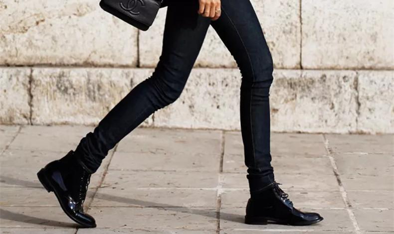 秋冬女生短靴與配什么褲子 今年秋冬終于不流行露腳踝了
