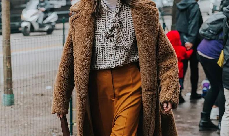 羊羔毛外套下面配什么好看 羊羔毛外套冬季最拉风保暖的单品