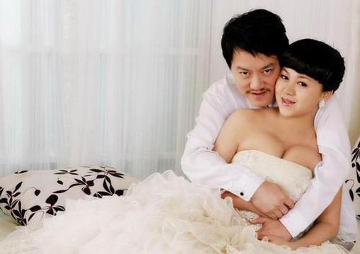 村在与前妻办好离婚手续后的第二天,就与俞晴领取了结婚证.高清图片