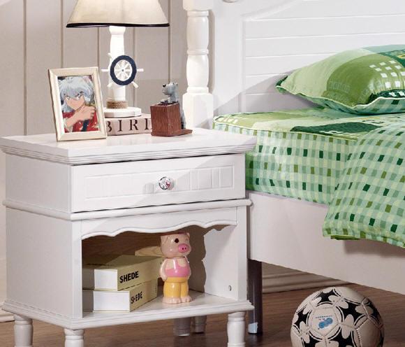 卧室实木家具欧式时尚床头柜图片欣赏 小编点评:白色的实木床头柜非常典雅、高贵,是家居生活的精品,而且白色非常的百搭,放在床边,不显的突兀。