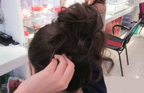 中长发怎么扎丸子头 简单易学的丸子头盘发技巧为你揭晓 全部弄好后就要开始整理头发的形状了,把发髪尽量弄的圆润一点,旁边掉下来的头发用小夹子固定好。