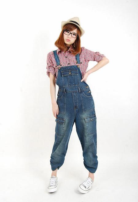 春季背带牛仔裙搭配格子衬衫 演绎俏皮率性 熟女 风