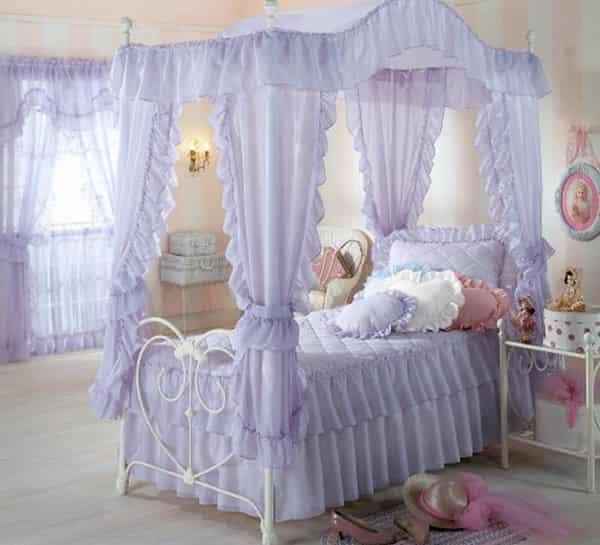 欧式可爱公主床图片 萝莉的甜美梦幻之旅 小编点评:公主床用的是淡紫色,蚊帐是轻质蕾丝质地的,最有趣味的是在落地窗上也采用同样的蕾丝轻纱窗帘装饰,让整个空间都显得非常有意境美感。床上的枕头和被褥都是紫色系的,蕾丝的边缘和方格肌理的图案,还运用了糖果色的心形抱枕。甜甜的复古欧式公主床!