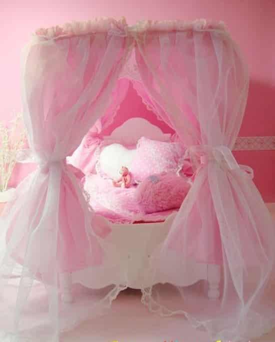 欧式可爱公主床图片 萝莉的甜美梦幻之旅 小编点评:好美的粉红公主床啊!这个是儿童公主床,当然也适合身形很小的MM。粉红的颜色显得乖巧十足,唯美的轻纱蚊帐笼罩在小床上,而且还选用了粉红的枕头还有绒毛抱枕,使这个公主床更加动人好看。