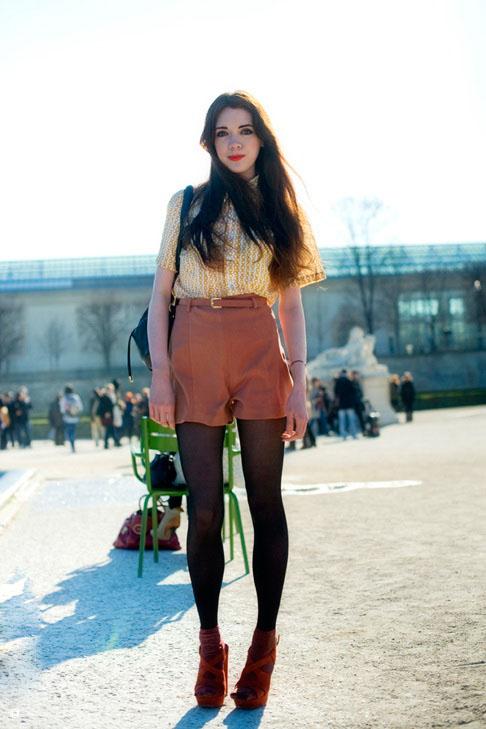 法国巴黎的街头的时尚美女