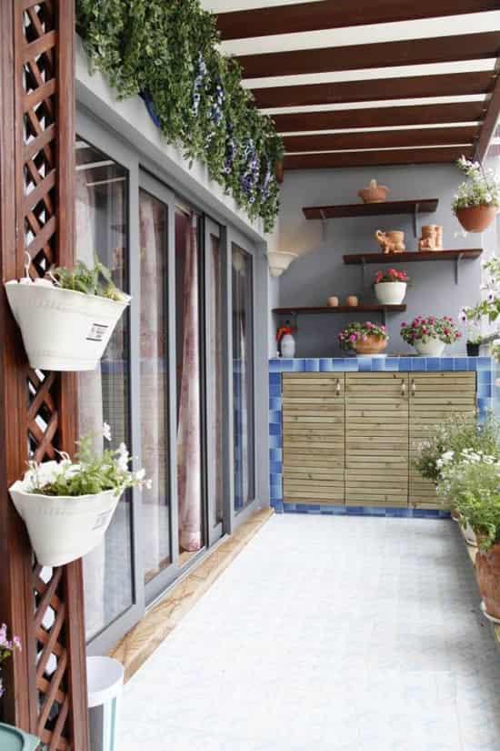 可能我们无法拥有宽敞的大院,但还可以有个小阳台给我们来装扮也不错,摆些绿植,让不大的阳台,变成可观的小花园。然后冲一壶茶或咖啡,吃着甜点,听着音乐,拿一本书,很是美妙。是不是心动了呢,赶快来看看阳台如何变身浪漫小花园,家庭阳台小花园设计图片欣赏。