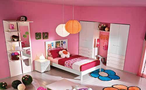 [IMG2] 田园风格儿童房装修设计图颜色搭配 打造孩子的快乐天堂 小编点评:粉色是最能制造浪漫气氛的色调,对于家中有小公主的空间运用是最适合的。木质地板上的两朵花儿地毯的装饰,让单调的房间丰富起来。白色衣柜配上花朵装饰, 给空间带来童话般的色彩。