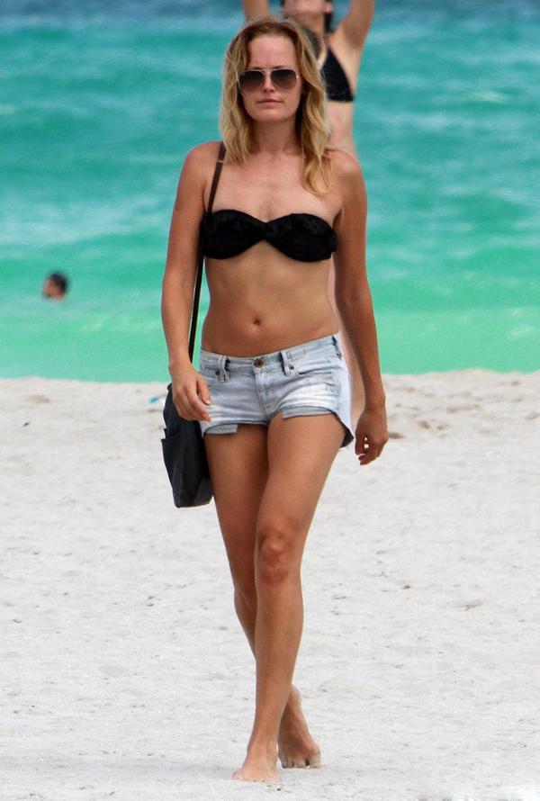 街拍欧美沙滩比基尼美女明星图片