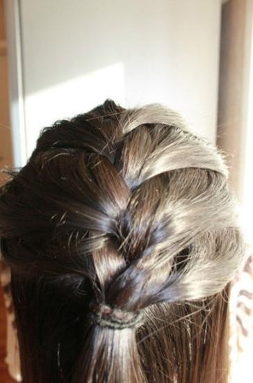 直发编发丸子头步骤三:接着,从后脑勺开始往前开始编发,编成普通的