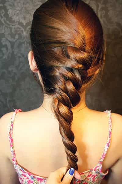 人气韩式长发编发步骤图解,小编手把手教你如何自己动手打造一款时尚显气质发型。还在等什么,绝对是一款你不能错过的漂亮发型。