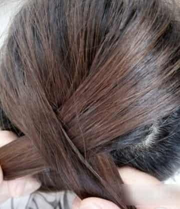 式蜈蚣辫的编法图解 迅速学会蜈蚣辫怎么编   步骤二:在头发顶部拧起图片