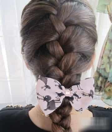 韩国非常风靡流行的韩式蜈蚣辫是一款非常抢镜的发型