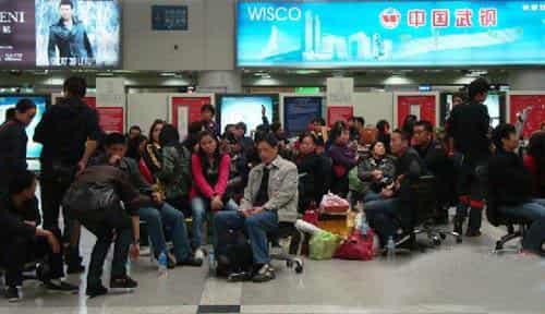 昆明机场飞机延误 旅客拦飞机致飞机空回