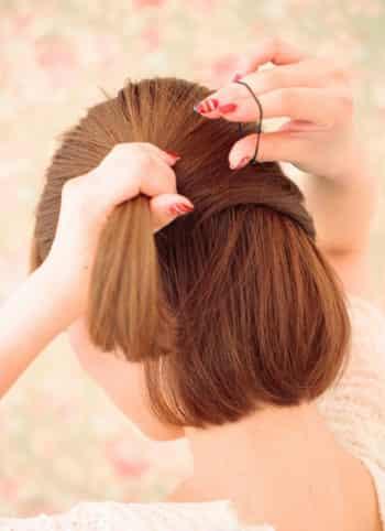 今天小编为你带来两款简单短发发型扎法图解,让你也能拥有小女生气质.图片