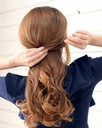慵懒鱼骨辫扎发步骤二:将头发分成上,下两部分,然后将上半部分的头发