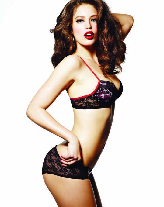 性感混血美女内衣写真图片 烈火红唇大展S曲线