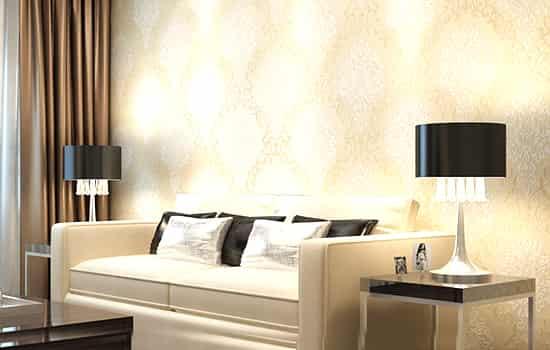 欧式大马士革无纺布墙纸 价格:69.00元 品牌:本木 米黄色底面时尚典雅,深色花缘与米白色花心相互衬托,凸显大马士革花型的优雅。此款墙纸采用浮雕高发泡工艺制做,打造出超强的立体感,如浮雕般立体精致。双色花纹更突显花型,细密的洒金工艺更添高贵。