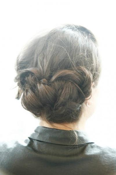 伴娘简单盘发步骤 清纯造型让长发更精致