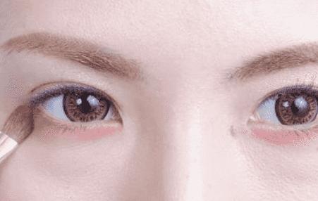 红色大眼妆怎么画 元旦约会甜美妆容图片