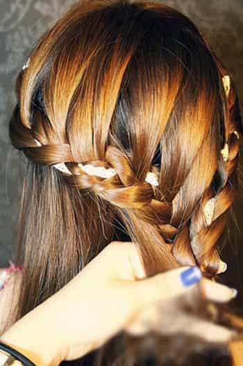步骤7:将头发一直编织到交叉处,在从这边的麻花辫下增加发丝,斜边的