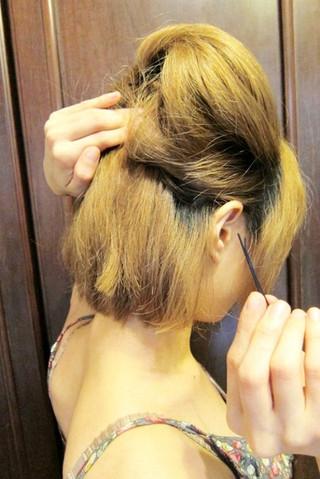 简单扎法步骤,再加上蝴蝶结发带的装扮,这款短发盘发发型绝对会更甜美