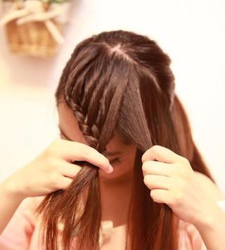最新女生马尾辫发型扎法 简单打造适合圆脸的好看发型图片