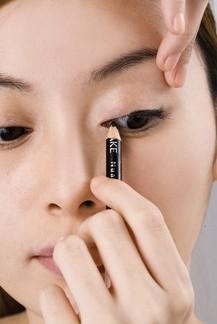 如何画眼线步骤图解 画眼线的步骤和图解 淡妆画眼线步骤图解图片