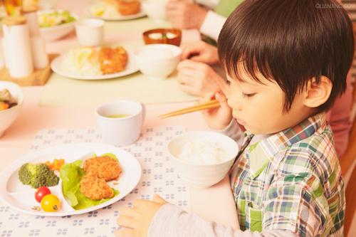 小孩不爱吃饭怎么办 9招轻松解决宝宝吃饭不专心的烦恼