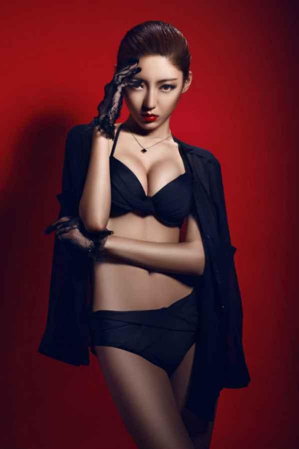 复古美女黑色内衣写真 薄纱墨镜展示完美身段