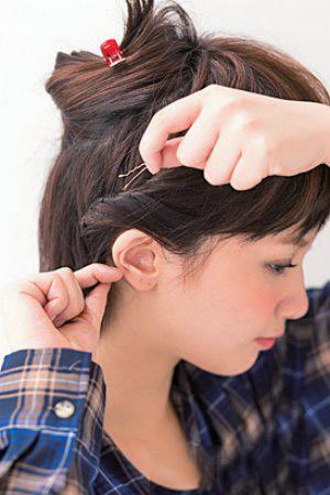 韩式中短发发型简单扎法 侧边拧转编织让人眼前一亮图片