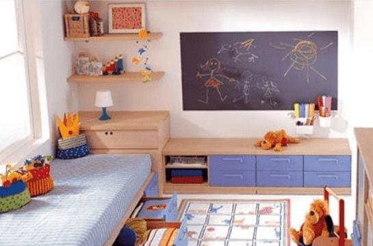 小户型儿童房装修效果图 抽屉式床铺最省空间 这是一个充满童趣的儿童房,涂鸦式的黑板,卡通图案的地毯成为孩子的游乐场。简单的设计不仅利用了空间还很时尚!