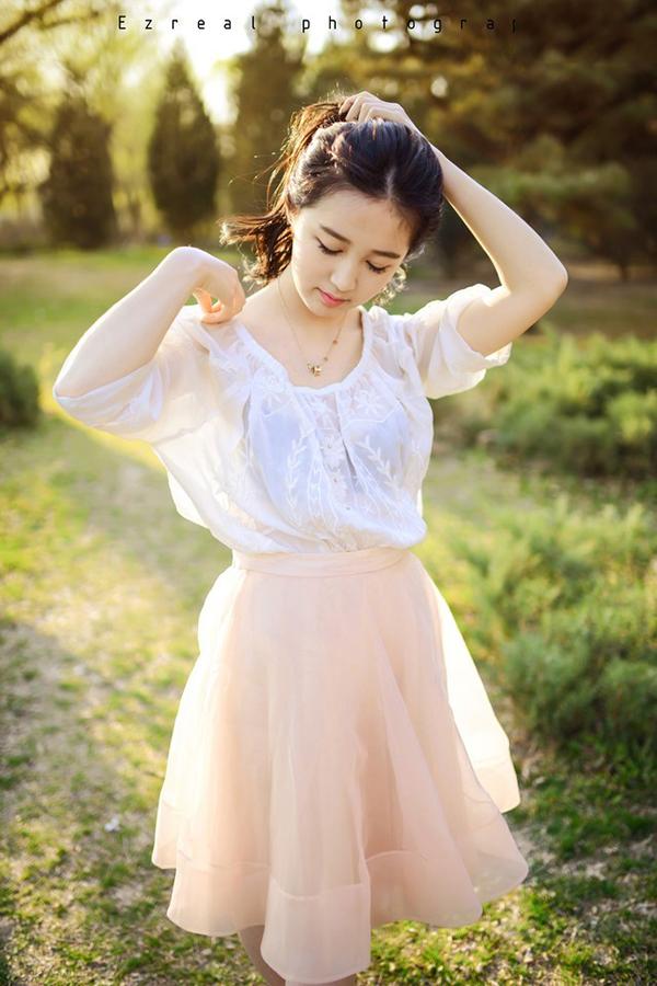 清新美女户外清纯写真图片 白色蕾丝裙尽显唯