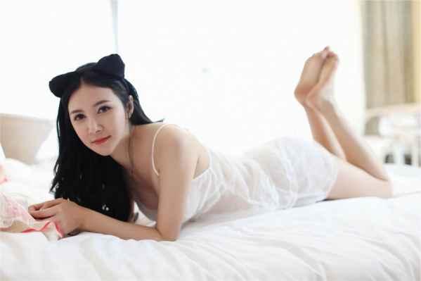 妖娆美女性感睡衣生活照图片
