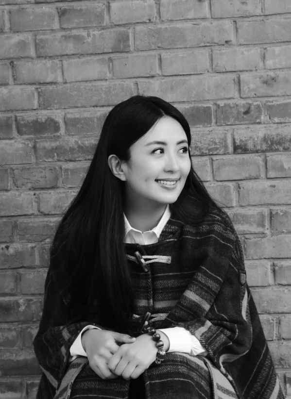 女明星杨童舒黑白文艺写真 长发披肩笑容清纯似学生