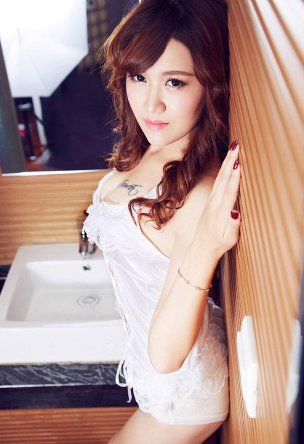 美女私房照 她身穿白色蕾丝绸缎面料搭配吊带白丝