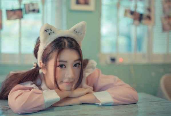 兔女郎是当下流行的元素,它总给人一种可爱的萌萌感,让人觉得温馨。下面为大家分享一组清纯萌妹子生活照,甜美乖巧的长相,精致的五官,身穿可爱公主制服,配上白色的毛毛兔装饰,悠闲的在咖啡厅享受她的美好恬静时光。