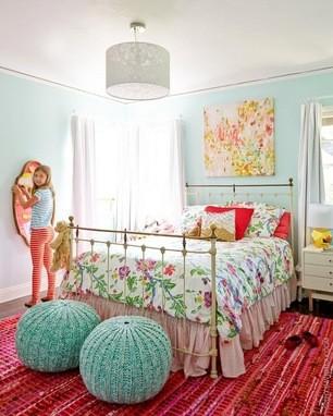 碎花床单+碎花壁画+薄荷绿壁纸+红色条纹地毯+球形
