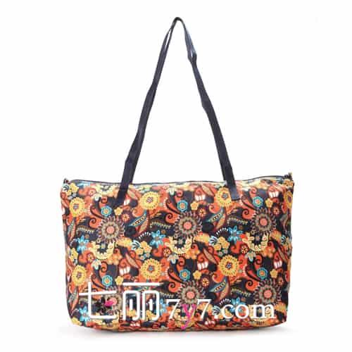佩斯利花纹设计,像佩斯利印花为大容量梯形购物包带来了传统的美感,低