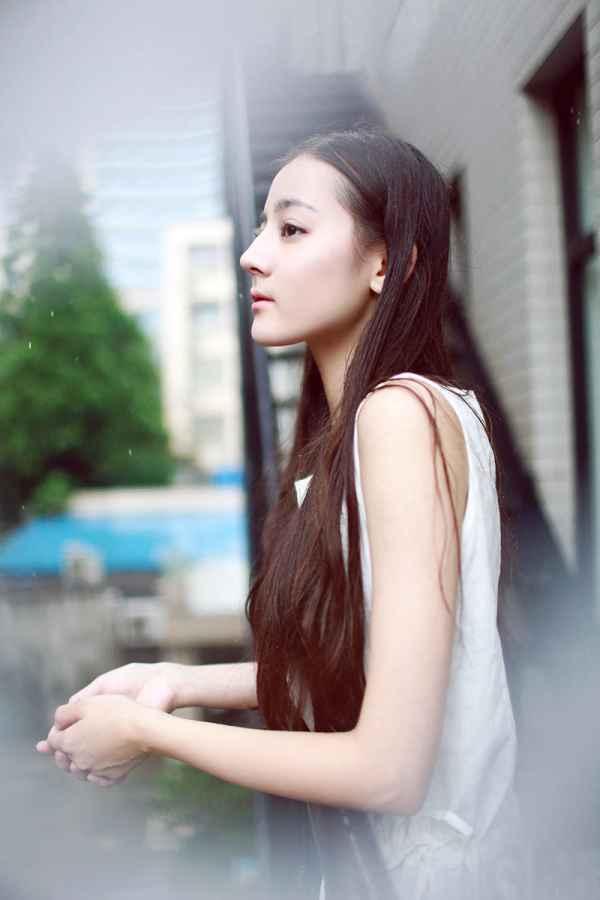 而饰演小师妹芙蕖的迪丽热巴,她在剧中古灵精怪,萌萌可爱,受到不少