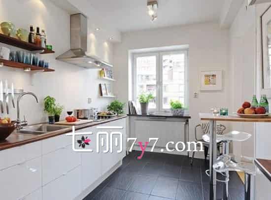 这个厨房空间使用白色一字型橱柜,简洁方便,让空间看上去更宽敞明亮,北欧风的舒适休闲理念完全体现而出。橱柜和地砖色彩成对比,视觉感更强。简易的小吧台设计在角落里,很适合浪漫两人行。  不规则的厨房空间也可以装修的很美哦。白色一字型橱柜延伸至不规则的角落,在此摆放上一个精致的收纳柜,实用性很强。餐桌放在了光线较好的窗边,加上灯光的点缀,很温馨。 扩展阅读: