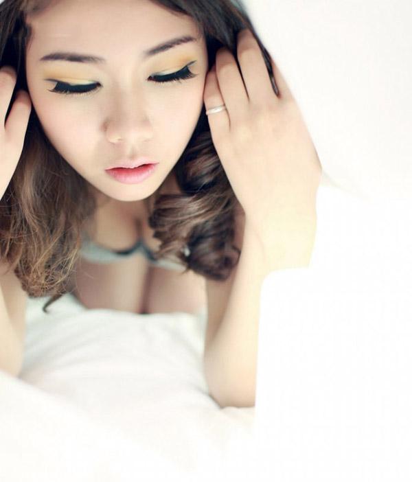 慵懒美女性感床上写真