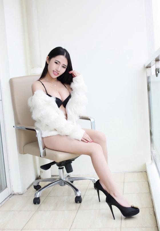 图片 白色毛披搭配黑色内衣