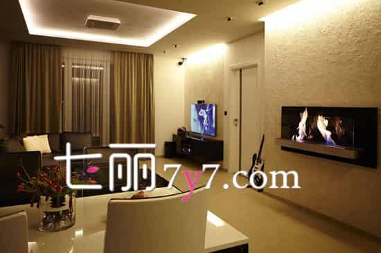 客厅电视背景墙三 客厅背景墙的凹凸纹理充满质感,在顶部的LED 灯饰映照下空间显得格外柔和温馨,在皮质沙发的衬托下,显得客厅更加和谐,同时也挑高了视觉空间,营造出层次感。  客厅电视背景墙四 白色的电视背景墙采用了镜面效果的镂空花纹的背景墙装饰,和客厅落地台灯的设计比较的协调,很时尚也很优美,加上天花板的吊顶灯饰衬托,让客厅显得十分温馨,时尚又大方。 扩展阅读: