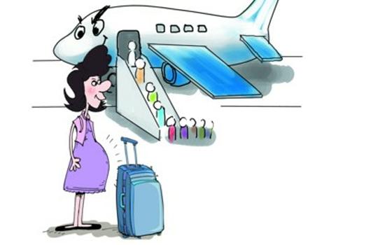孕妇可以坐飞机吗 孕妇虽然是能坐飞机的,但不是任何孕妇都能坐飞机,而且就算孕妇能坐飞机,需要注意的事项也特别多,需要开的证明也是很重要的。 首先,在妊娠早期和晚期都不宜坐飞机。 原因: 1.妊娠早期时,胎儿发育还不稳定,极容易流产。而且也是早孕反应(如恶心、呕吐、食欲不振等)最重的时期,也是胎儿器官形成的关键时期。如果在孕早期稍有不慎,孩子可能就没了,所以孕早期是不宜坐飞机的。 2.