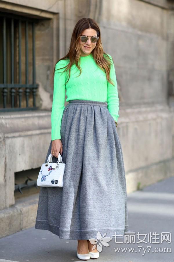 街拍 欧美街拍 > 正文  style3 毛衣 裙子 单穿纯色毛衣如何穿得休闲