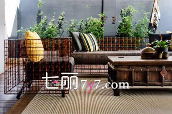 沙发最合适了,耐看又大气,看着就非常舒服,双向摆放围塑了休闲区,搭配上造型个性的木质茶几,为休闲区营造出一种独特的韵味。坐在这里闲谈,享受下午的惬意时光,真是太美好了。  设计重点:工业元素与原始风结合 沙发非常特别,让阳台空间更有韵味。怀旧的皮质沙发,靠背与扶手的位置,是采用具有工业特色的铁框支架,展现出十分独特的立体感,再配上原始复古风的桌子,视觉上的冲击使该区域充满魅力和韵味。 扩展阅读: