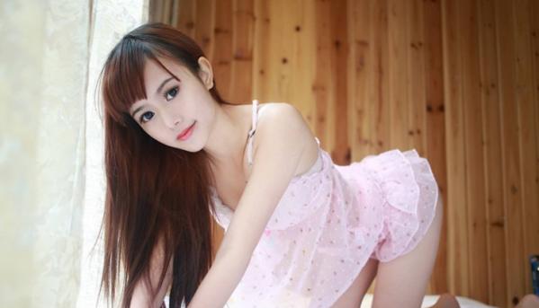 大眼美女粉色睡衣翹臀與瓷肌的誘惑