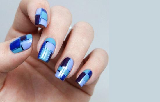 """美甲能让双手看上去更加精致迷人,不妨尝试不同风格的美甲图案,清新、甜美、酷感、萌系一个都不能少!最重要的是只用圆圈、三角和星星等多变的几何图案就可以拼凑完成哦! 硬朗金属几何款  由三种不同的蓝色与淡蓝紫色、深紫色的搭配组成的简约几何图案,每个手指的组合位置不一样,蓝色的边给这款美甲带来刚刚好的金属感,十分的抢眼,冷色调的拼接也有不一样的感觉! 气质条纹款  很有气质的一款美甲哈,也十分的简单,颜色是个非常淑女的颜色,条纹控必入的一款美甲图案! 四色""""W款  这款美甲的色彩感十分的强哦,四种颜色"""