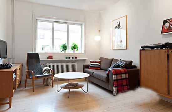 40平米单身公寓女生房间装修效果图 放眼望去,房间的整体感觉很宽敞,如果小编不说的话估计大家也看不出来这只是一套40平米的单身公寓,简约的装修风格在装修中没有耗费太多的金钱,也装修了精致的房间。这种房间比较适合单身女生或是没有小孩的年轻夫妇居住。