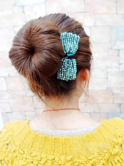丸子头的扎法图解 步骤10:冬天的时候可以带给毛线编织的蝴蝶结发夹图片